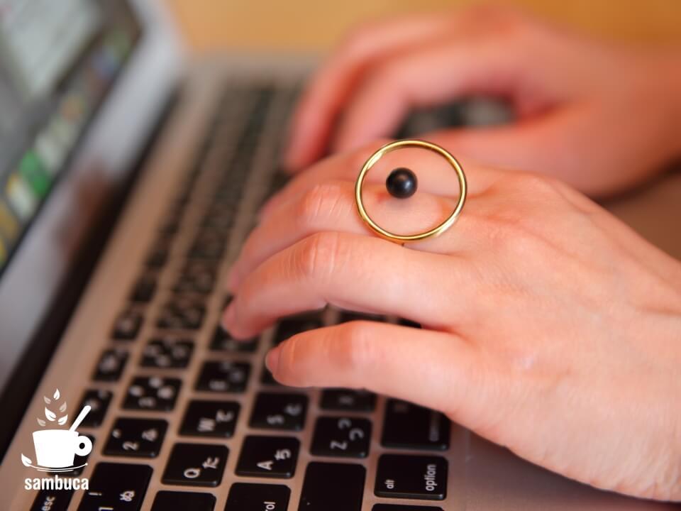 MAMのリングをしてパソコン作業。