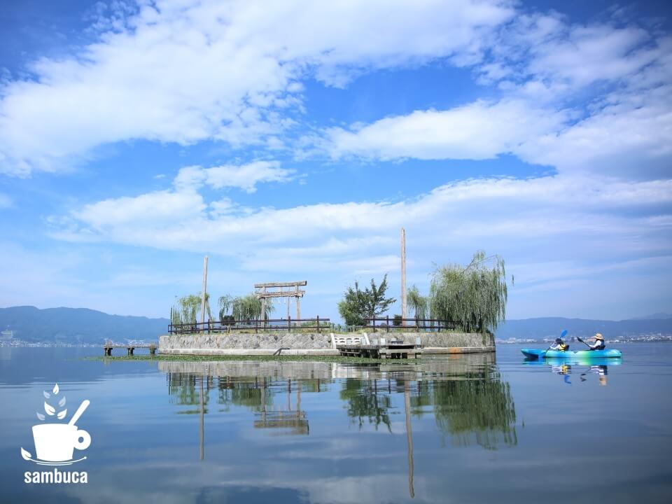 こちらは諏訪湖に浮かぶ島、初島。