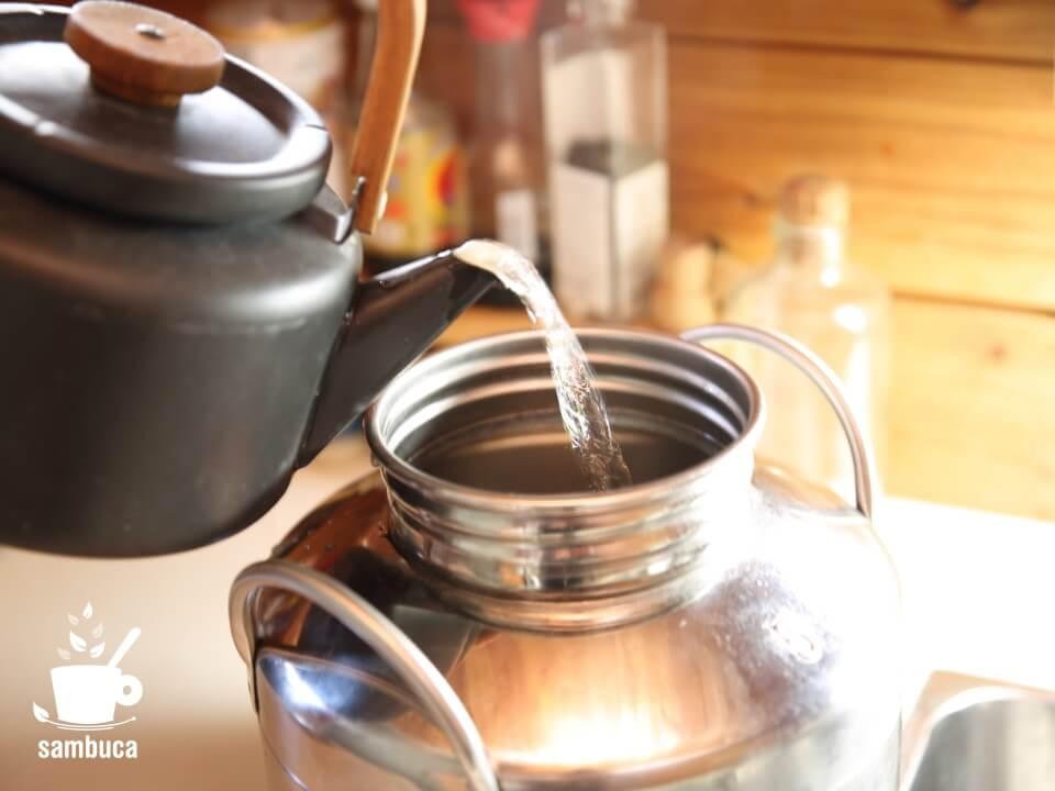 沸騰したお湯を入れたら暑すぎるので、水も加えて温度調整します