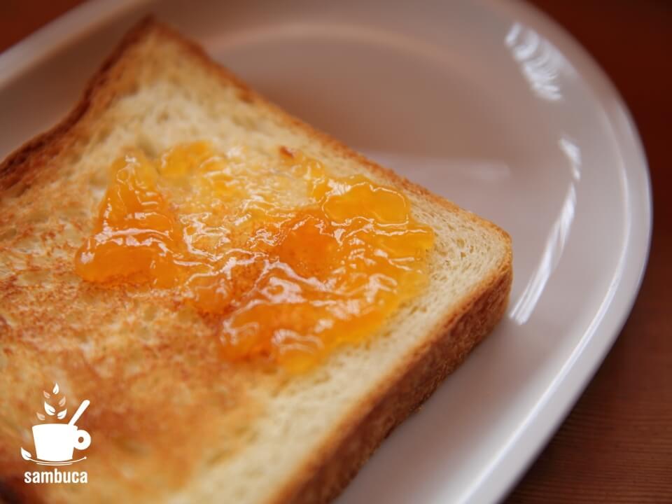 パンの上にジャム