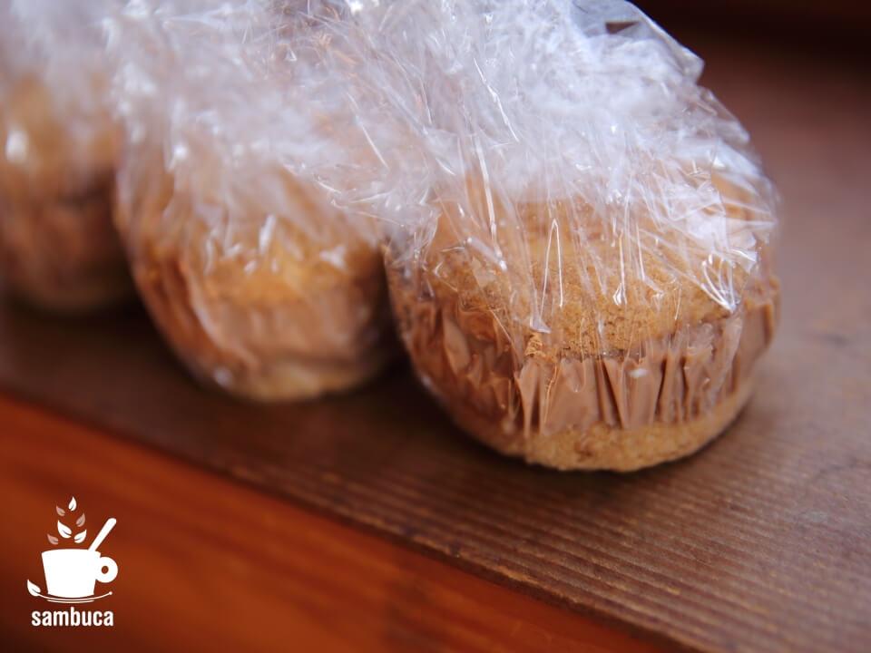 クッキーでクリームを挟みます
