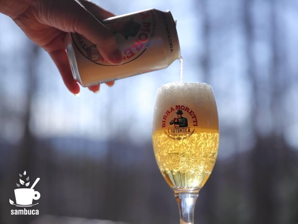 モレッティビールのグラスにビールを注ぎます