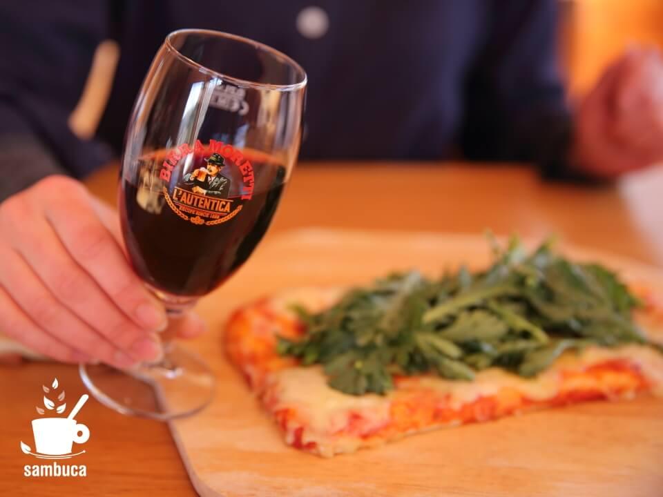 ピッツァに赤ワインをモレッティビールのグラスで